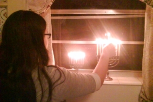 lighting-menorah-hanukkah-2010