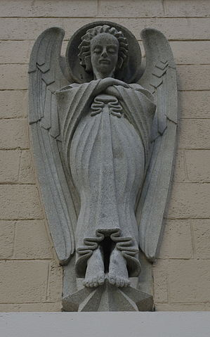 Holy_Angels_Catholic_Church_(Dyersburg,_Tennessee)_-_angel_statue